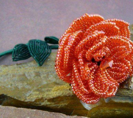 Бутон розы из бисера - фото
