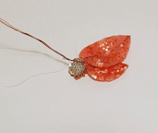 Пришиваем лепесток анемоны из бисера