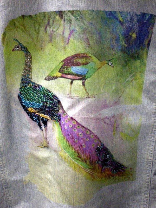 Вышивка павлина из бисера на ткани