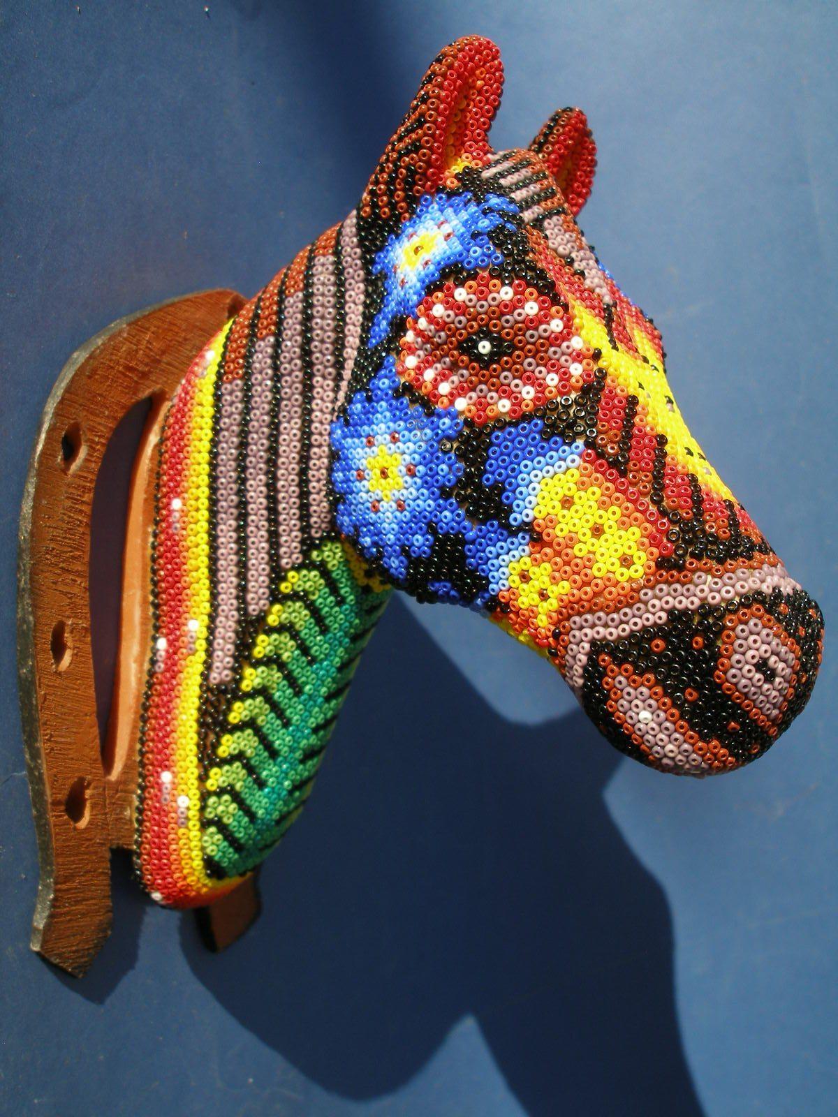 Голова лошади из бисера народа уичоли