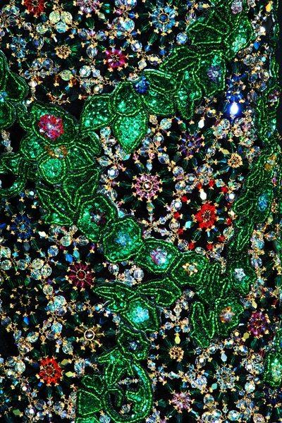 Изумрудное вечернее платье из бисера крупным планом
