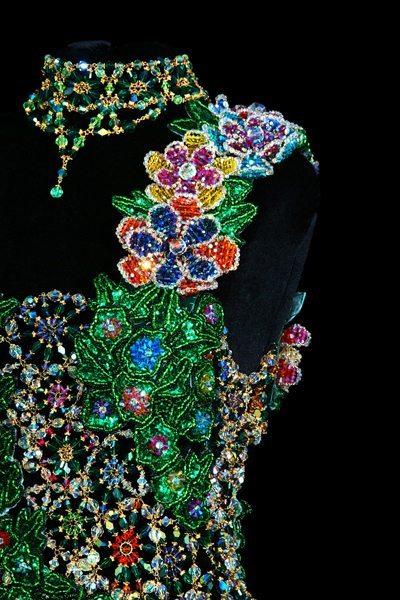 Изумрудное вечернее платье из бисера крупным планом-2