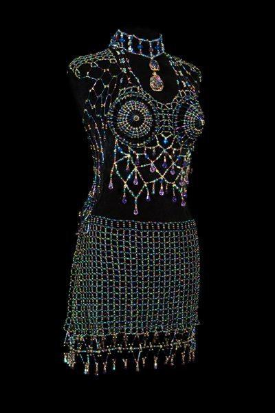 Откровенный наряд из бисера-вид сбоку
