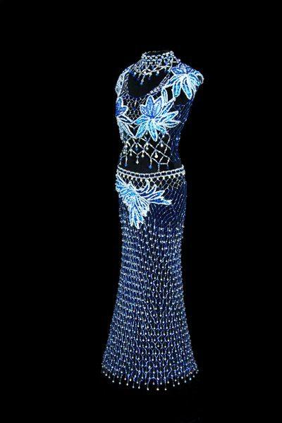 Платье сделанное из бисера - вид сбоку