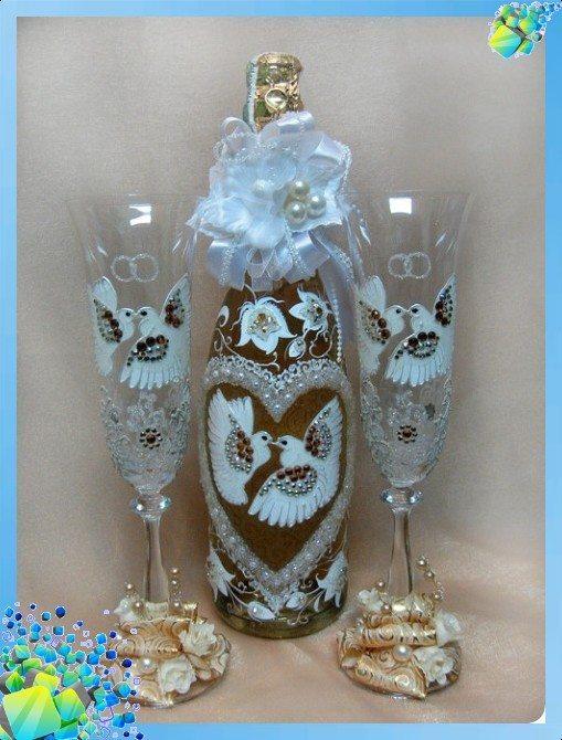Свадебные бокалы и бутылка украшенные бисером