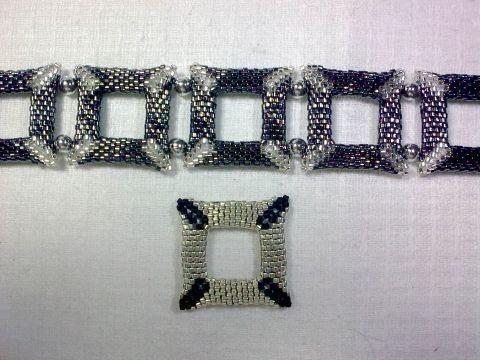 стильный браслет из бисера