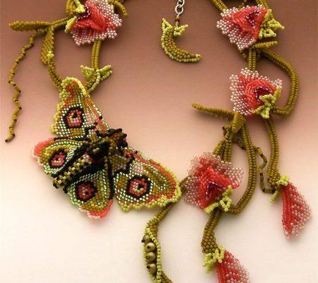 Колье с бабочками из бисера
