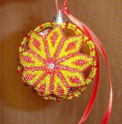 Оригинальный елочный шарик из бисера
