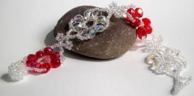 Плетеный браслет из бусин с красными цветами