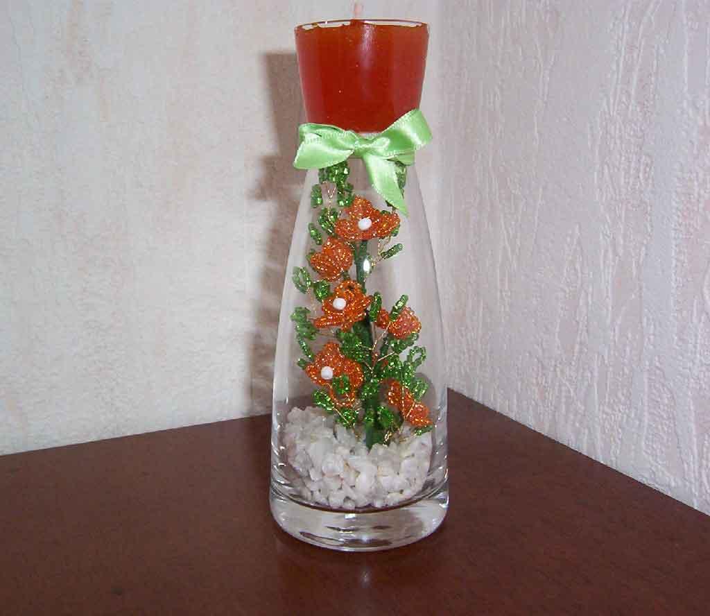 Цветы из бисера в вазе со свечой.