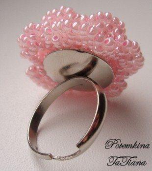 Кольцо с розой из бисера