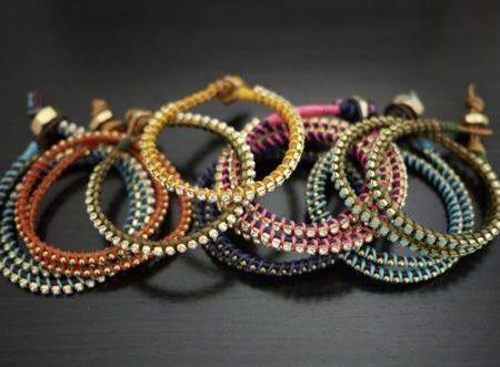 Креативный браслет из кожаного шнура и бисерной низки