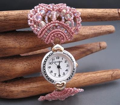 Обратите внимание на браслет часов, выполненный в технике макраме, которое дополняется яркими бусинами и бисером.
