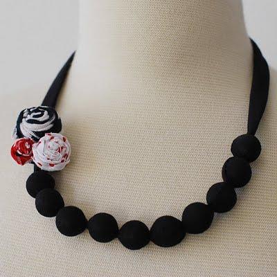Ожерелье из бусин и ткани