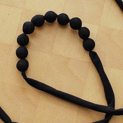 Ожерелье из бусин и ткани - мастер-класс