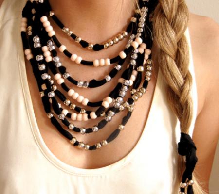 Как сделать ожерелье из ткани и бусин.