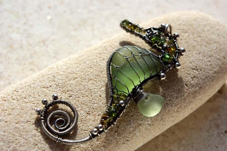 Морской конек из проволоки и бисера