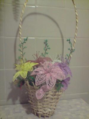 цветы из бисера в корзине