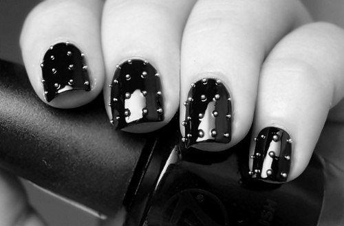 нанесение бисера на ногти
