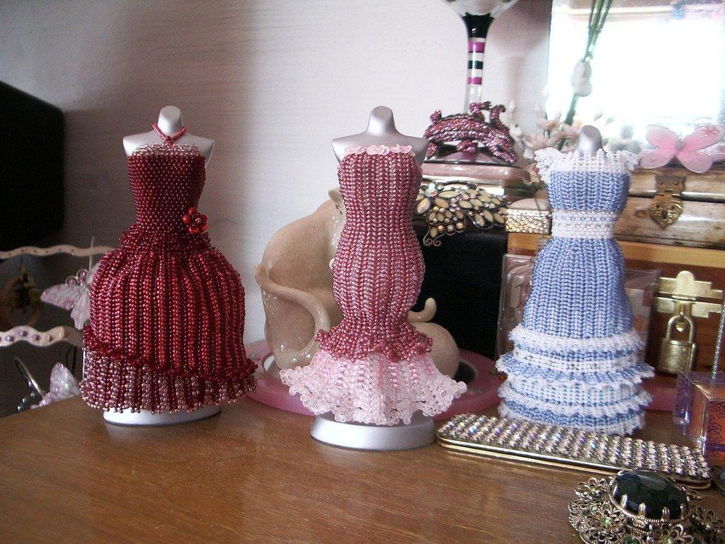 Для того, чтобы ажурное полотно держало форму, нужно использовать леску и плотно стягивать плетение при работе.