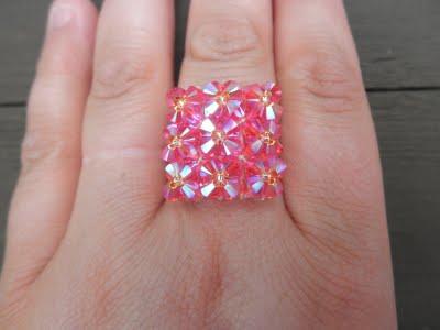 Эффектное кольцо из биконусов сваровски и бисера