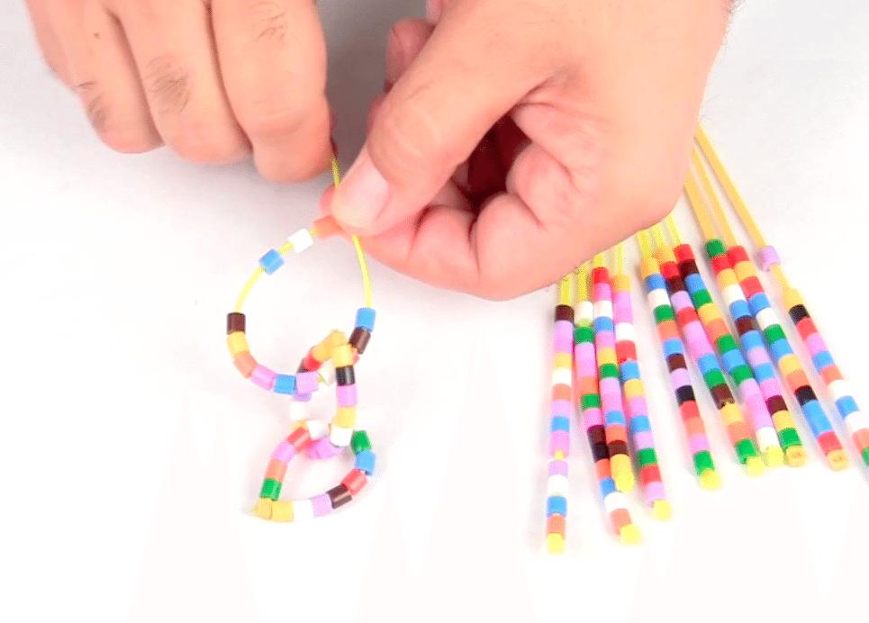схема плетения яркого ожерелья из бисера
