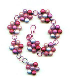 Цветочный браслет, выполненный из бусин