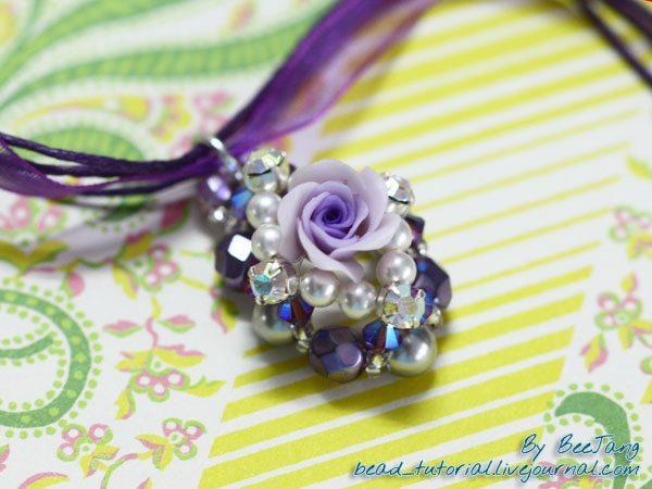 Кулон с цветочным мотивом из бисера