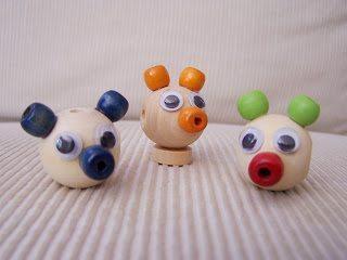 Забавные фигурки из деревянных бусин