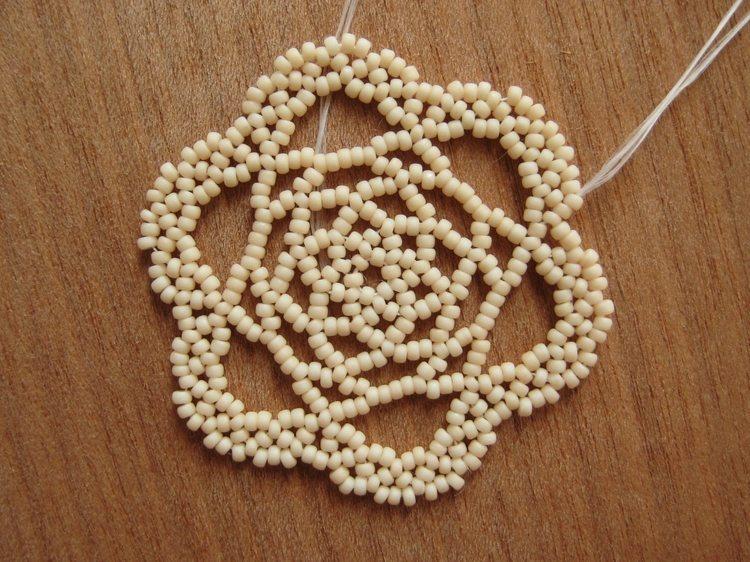 Медальон из бисера в форме розы