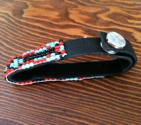 Как украсить кожаный браслет бисером