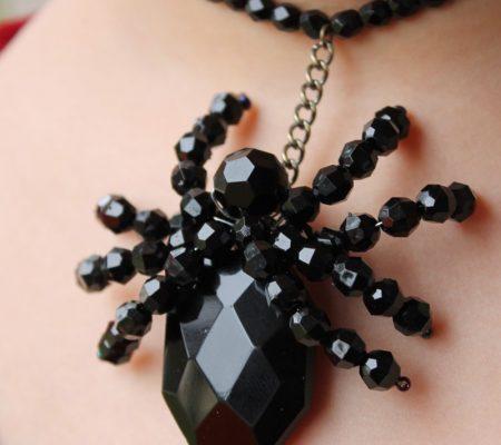 Ожерелье из бусин с пауком