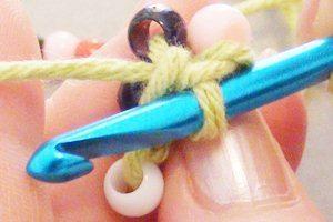 Как связать жгут из бисера крючком?