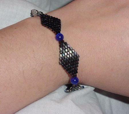 Несложный плетеный браслет из бисера