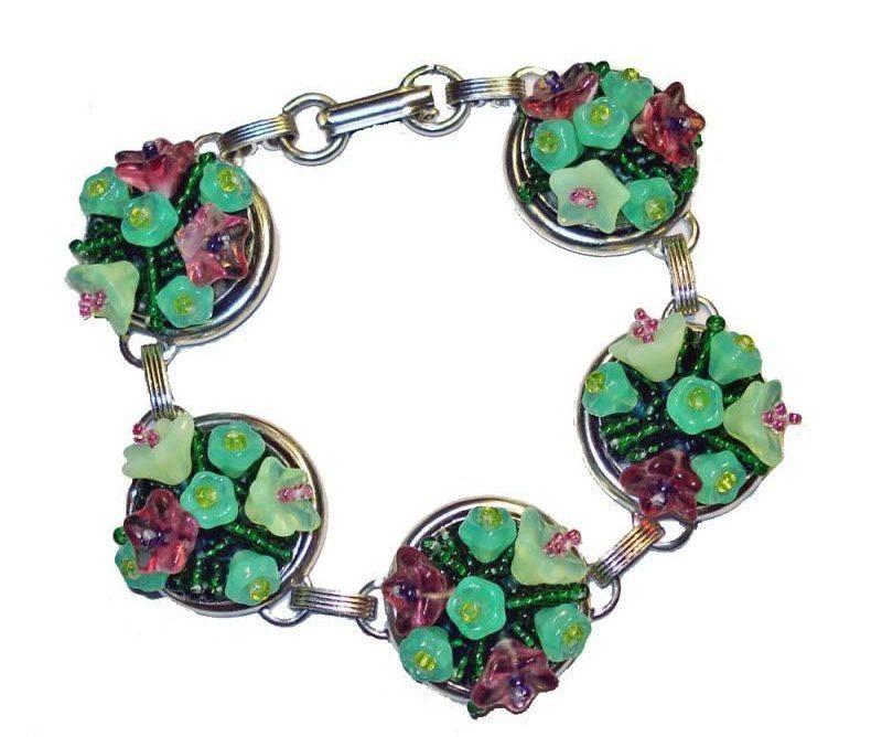 Цветочный вышитый браслет из бисера