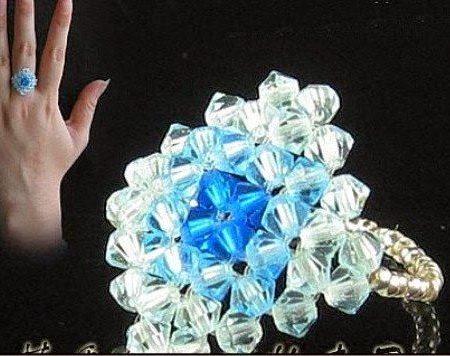 Кольцо из бусин-биконусов
