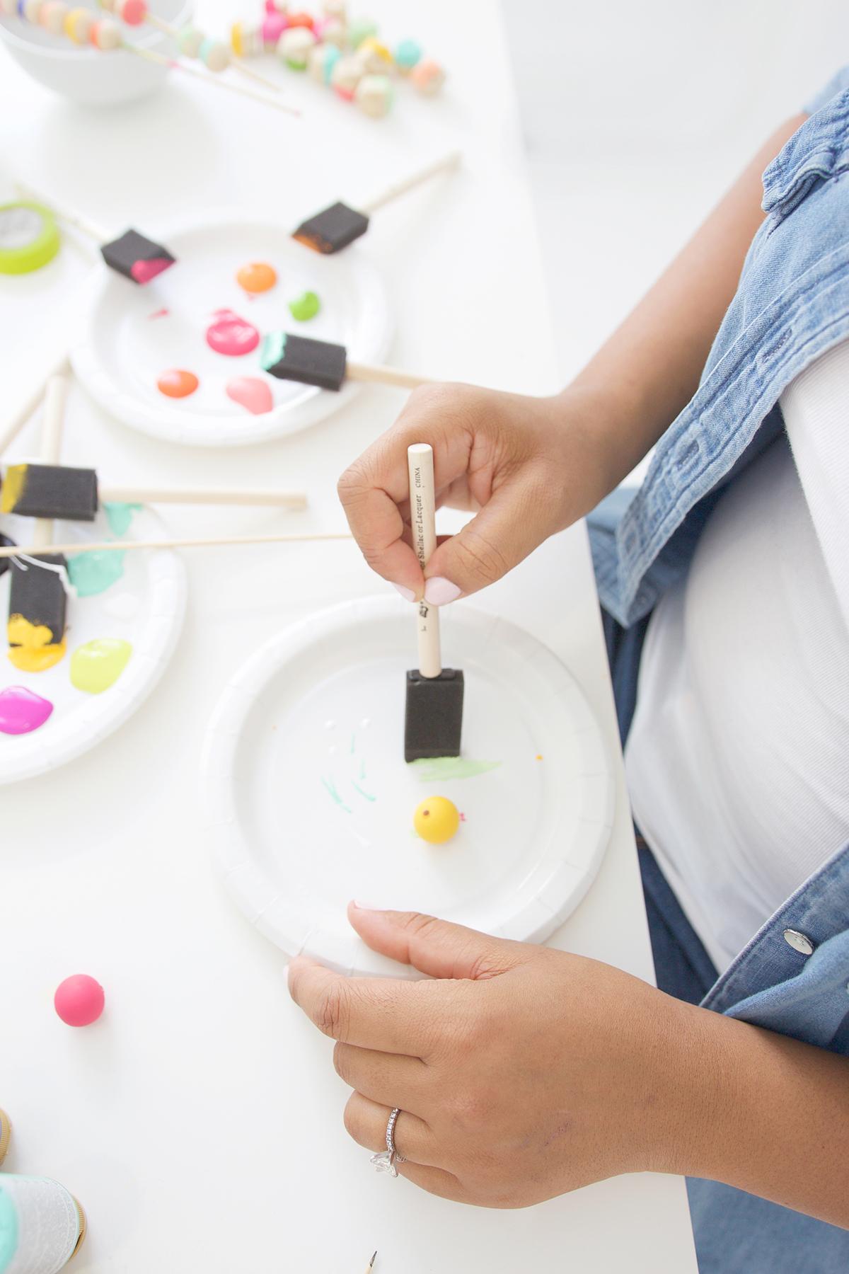 Как покрасить бусины-покрасьте шарик полностью