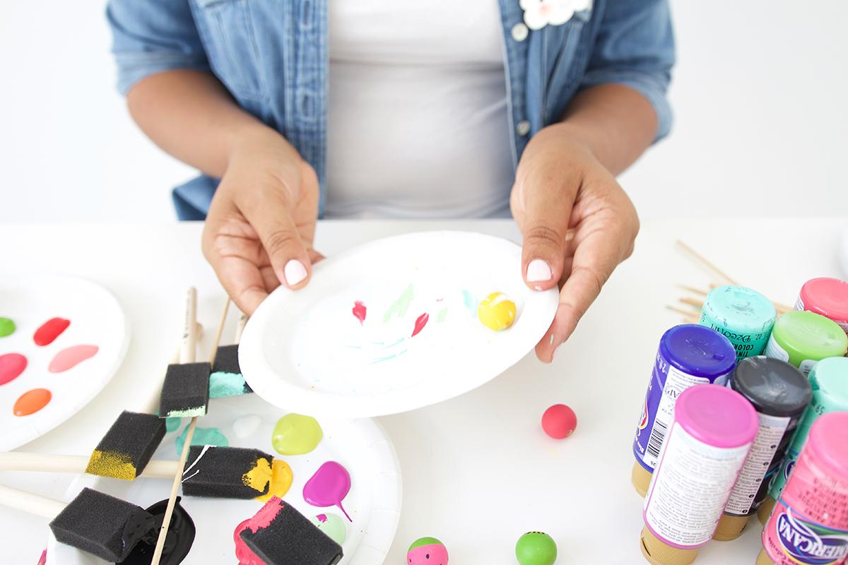 Как покрасить бусины-добавьте мазки на тарелку