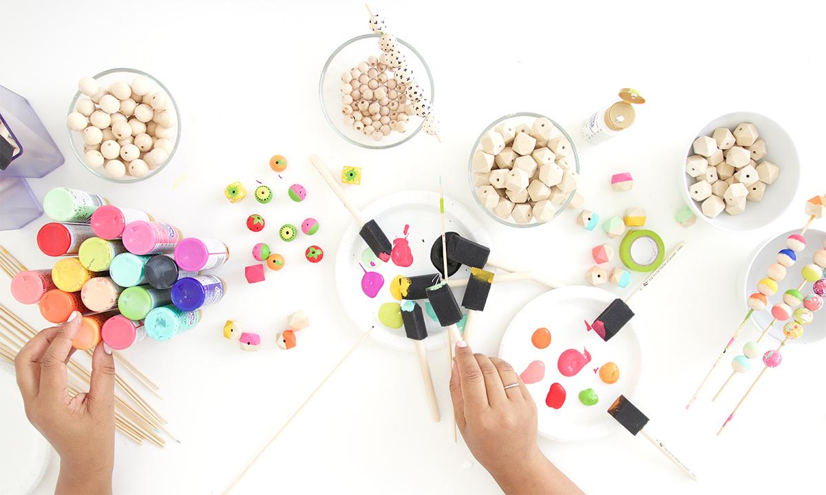 Как покрасить бусины-положите все материалы перед собой