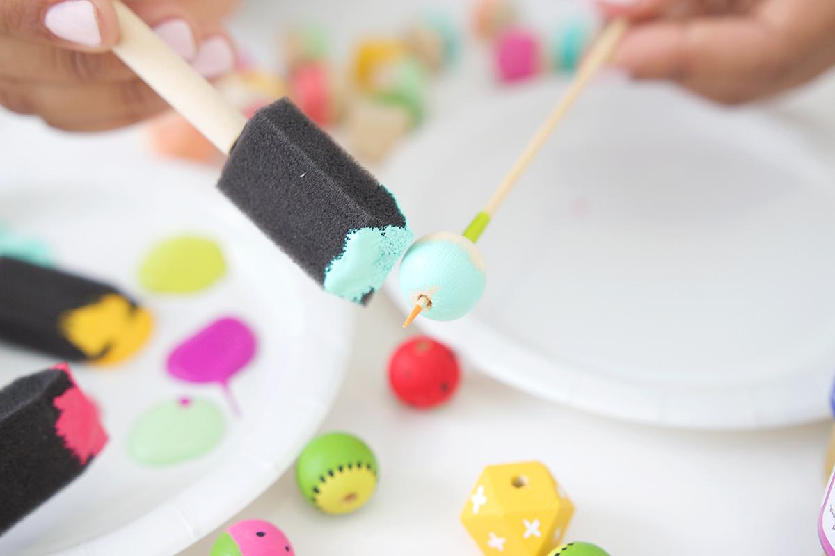 Как покрасить бусины-закрасьте половину бусины мазками
