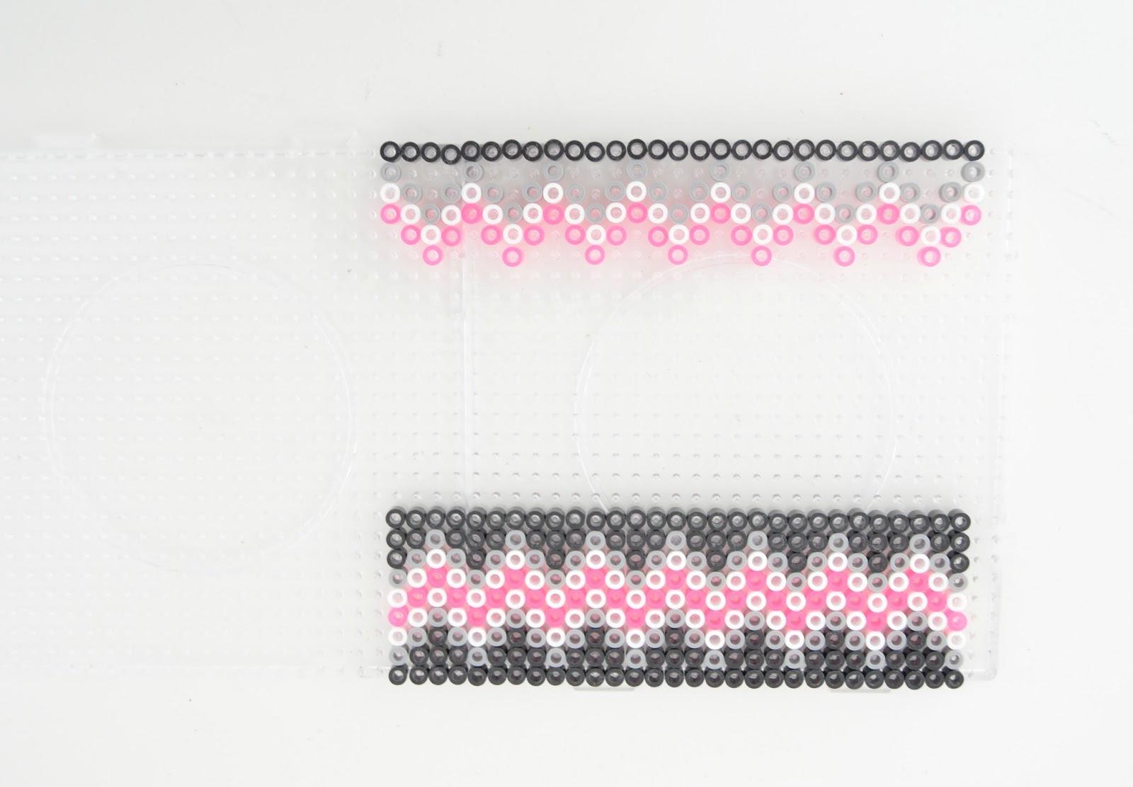 Ключница из perler beads-добавьте белые и розовые элементы