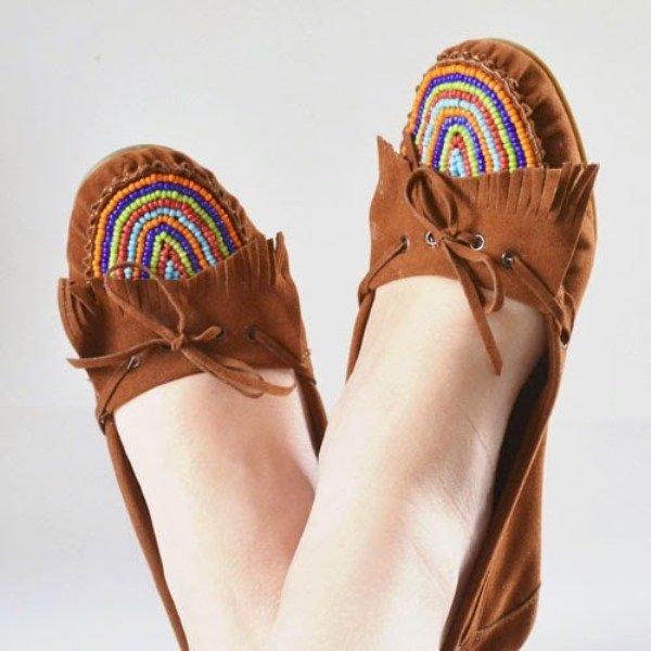 Мокасины с бисером на ногах
