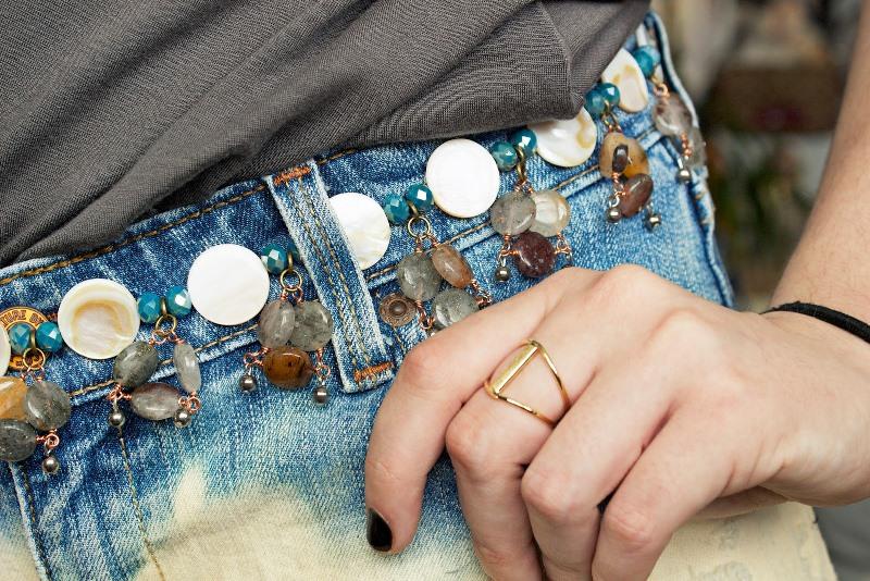 Пояс из бусин на джинсах-крупный план