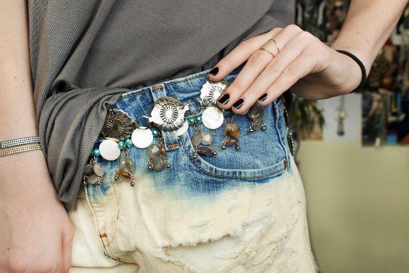 Пояс из бусин на джинсах