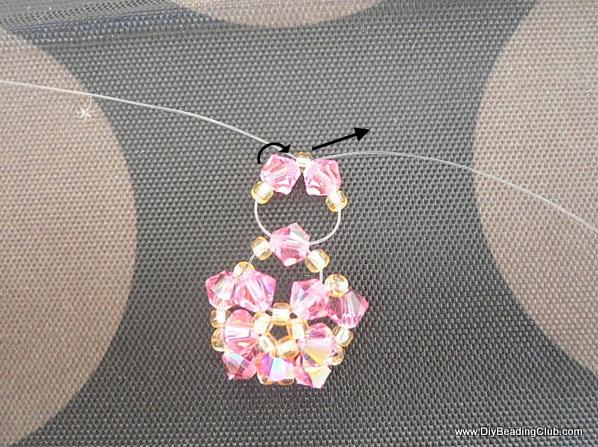 Браслет с бабочкой из бисера-соберите верхние бусины в кольцо
