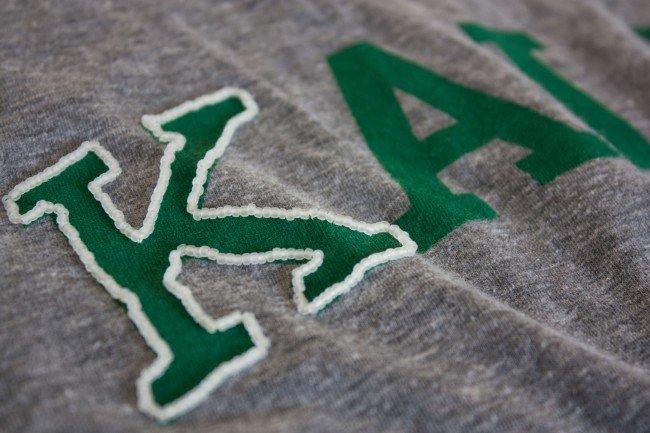 Вышивка бисером на футболке-обшейте первую букву