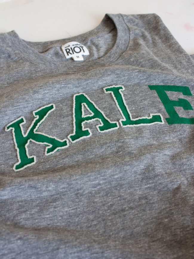 Вышивка бисером на футболке-обшейте третью букву