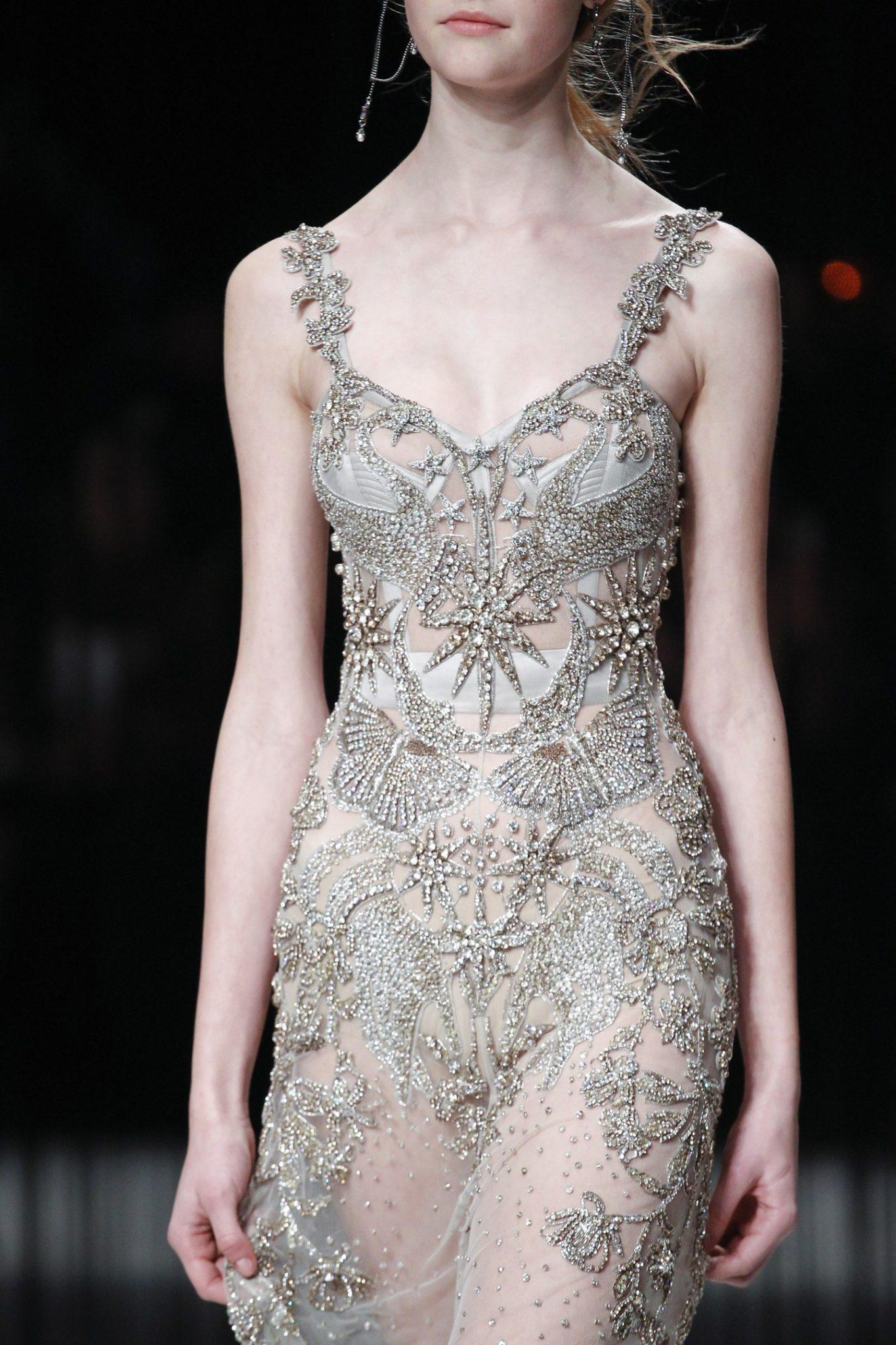 Вечернее платье от Alexander McQueen с бисером и стразами