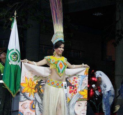 Дефиле в костюмах с бисерной вышивкой на конкурсе красоты