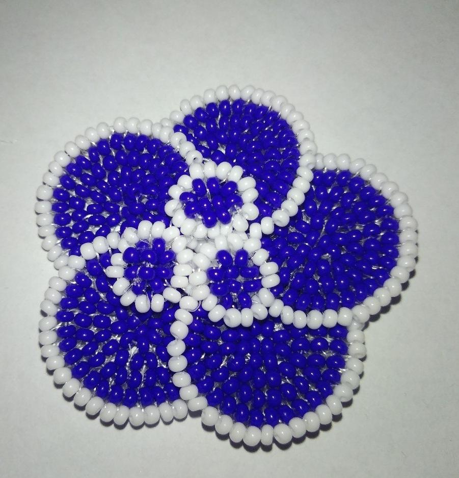 mahrovaya_fialka_iz_bisera Как сделать цветы из бисера своими руками: фото, схемы и видео